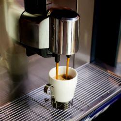 Cómo hacer café en una cafetera comercial